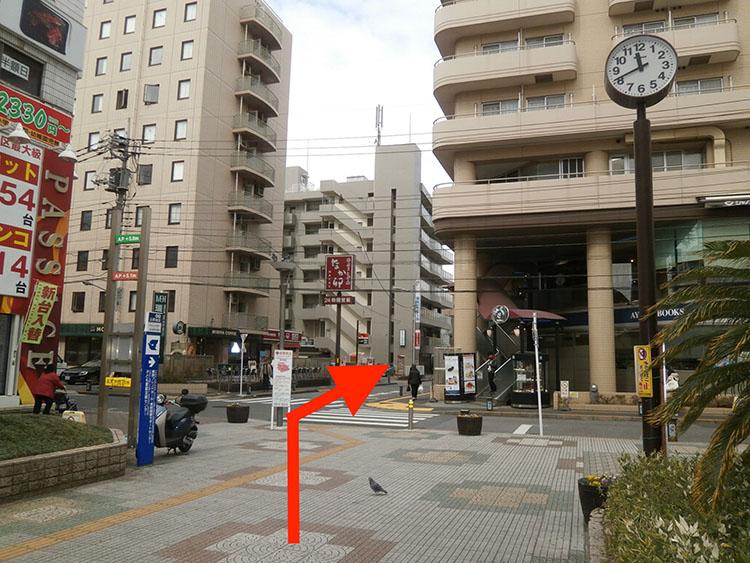 1階書店、2階シャノアールの建物と瑞江第一ホテルの間の道を進みます。